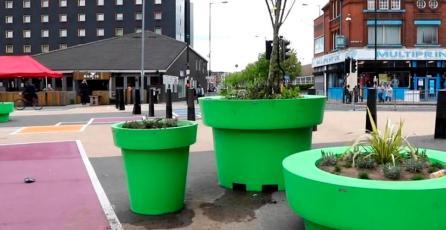 Ciudad en Reino Unido instala macetas que parecen tuberías de <em>Mario Bros.</em>; vecinos las critican